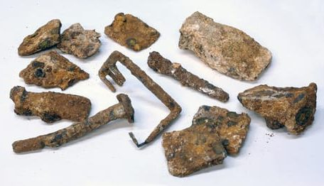 Pictures of the artifacts (a general photograph and a picture of the key).